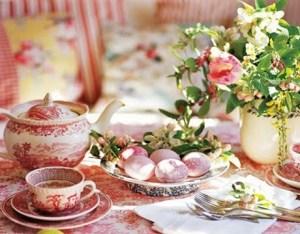 café quentinho e bolo na mesa